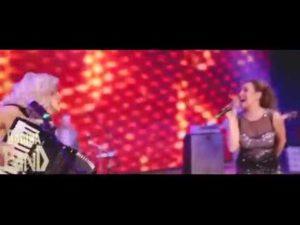 Русские поют казахскую песню Аспанға қараймын!