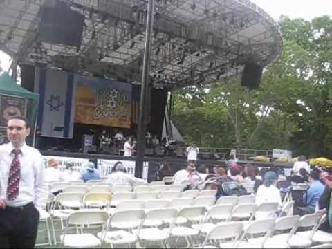 Shloime Dachs sings Niggun Nevo at the Israel Concert in the Park